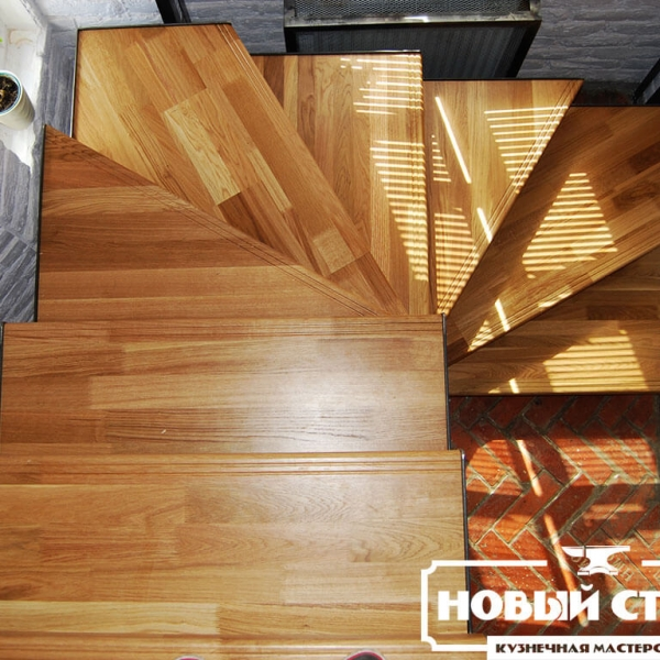 Лестница с дубовыми ступенями