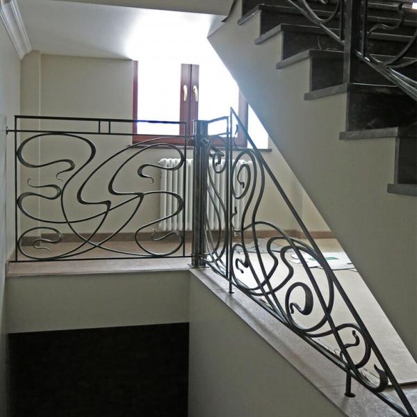 Ограждение под лестницей