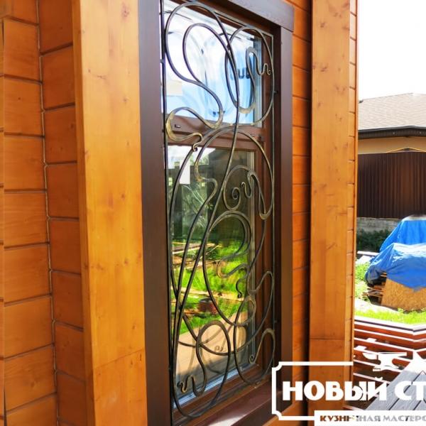 Решетка на деревянном доме